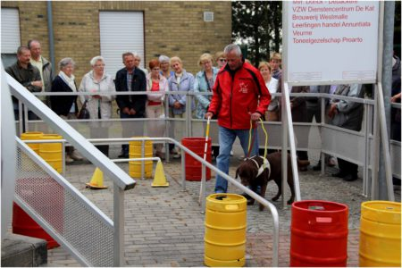 Gids met blindengeleidehond Zyta op demoparcours