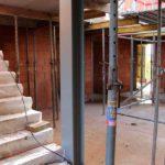 Zicht op trap in atrium beneden