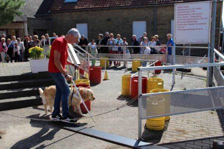 Demonstratie met blindengeleidehond op onze buitenpiste tijdens een groepsbezoek