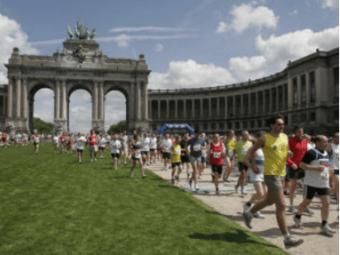 Deelnemers aan de 20 km door Brussel lopen door het Jubelpark