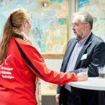 Voorzitter Wim Dezeure van Vrienden der Blinden in gesprek met instructeur Michelle