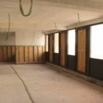 Electricitetiskabels bengelen uit het plafond van de kennel
