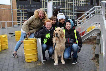 Leerlingen op de foto met demonstratiehond Olily