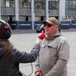 Gebruiker Hilaire wordt geïnterviewd door Radio 2 West-Vlaanderen naar aanleiding van onze sensibiliseringsactie in het teken van Internationale dag van de geleide hond