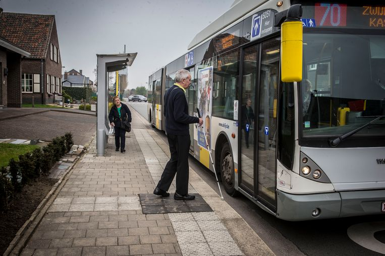 blinde Herman Caulier stapt op de bus
