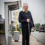 blinde Herman Caulier staat op de voelplaat voor de bushalte