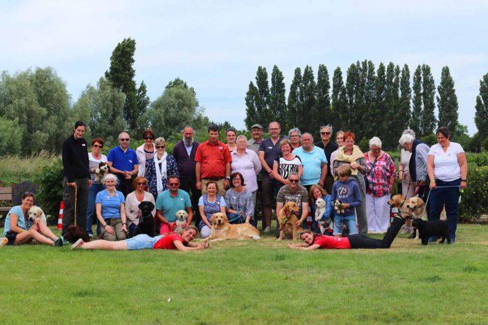 Groepsfoto van de aanwezige pleeggezinnen samen met instructeurs Linsay & Michelle