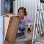 Baasje en hond Qanuk verstoppen zich voor de instructeurs