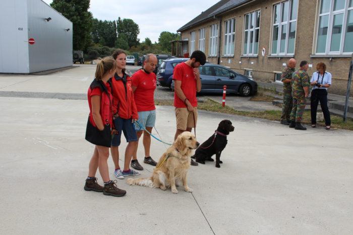 Op deze foto zijn 4 mensen en 2 honden te zien. De 3instructeurs en vrijwilliger
