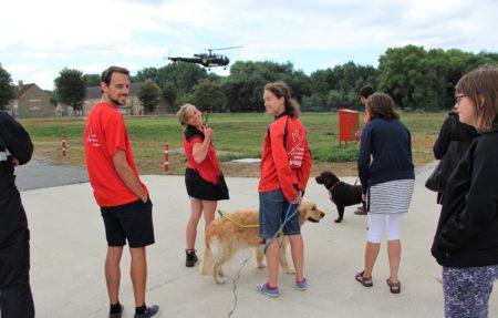 Demonstratie helikopter. De honden blijven zitten bij de instructeurs