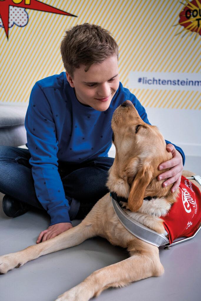 Jules en blindengeleidehond Imagine kijken lief naar elkaar.